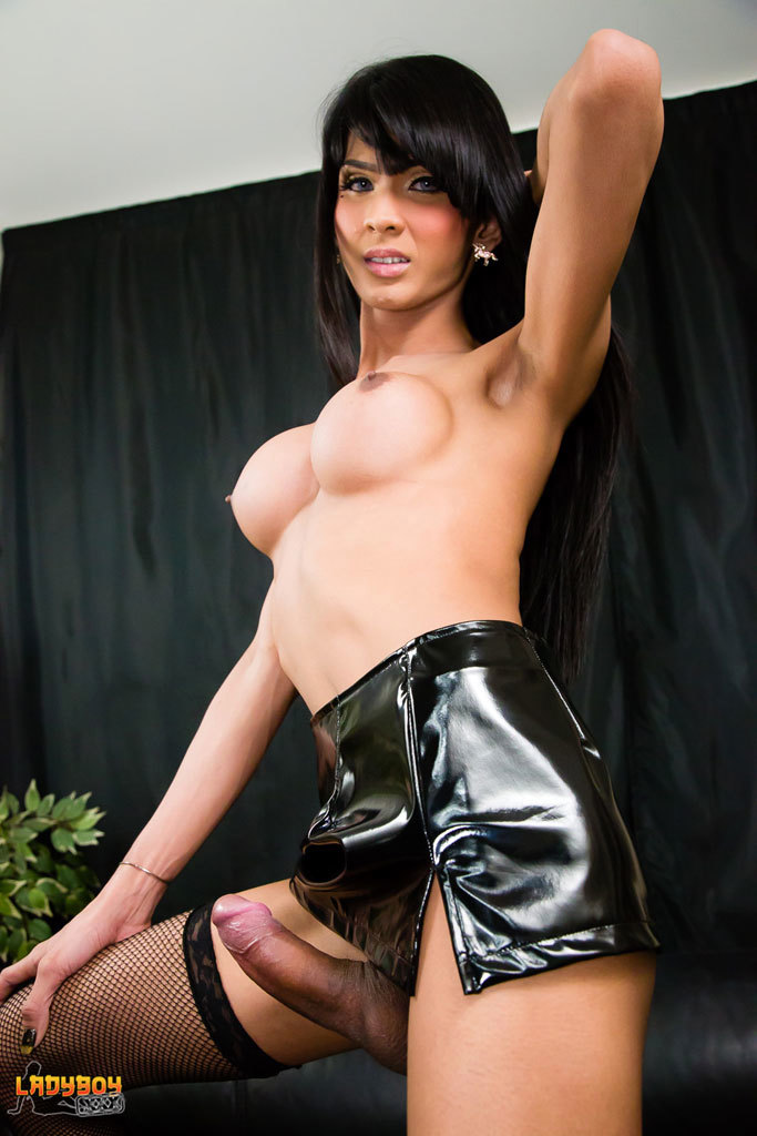 Amazing Baiw Jerks Her Enormous Cock!