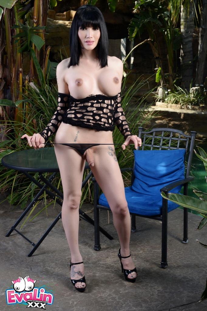 Beautiful Eva Strips Plays In The Garden