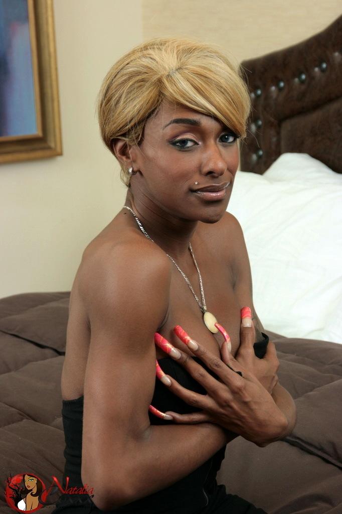 Blonde Ebony Ladyboy Natalia Coxxx Spreading Her Bum