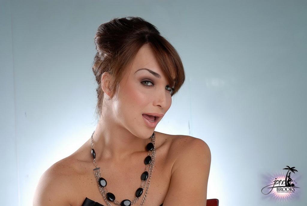 Gorgeous Jonelle Brooks Exposing Her Fantastic Breasts