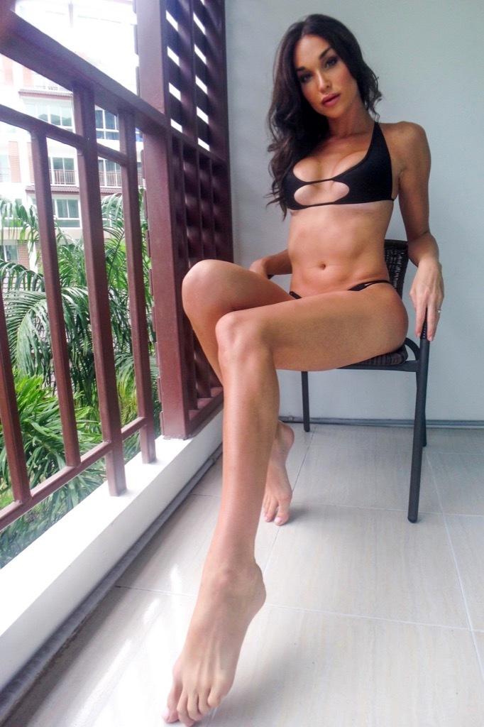 Stunning Jonelle Brooks Posing Her Fantastic Body